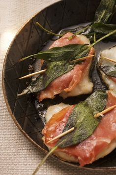 Saltimbocca alla romana. Ingredienti: 4 fettine di carne di vitello, 8 fette di…