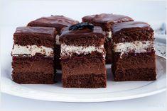 Ciasto czekoladowe z kremem i warstwą malinową o przepysznym i bogatym smaku. Kilka warstw ciasta sprawia, że nie tylko wygląda pięknie po przekrojeniu, ale ma niesamowity smak.