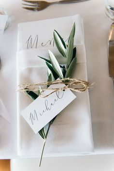 How to Create The Perfect Wedding Seating Plan - Poptop Event Planning Guide - Hochzeit Wedding Napkins, Wedding Menu, Wedding Stationary, Diy Wedding, Wedding Events, Wedding Decor, Wedding Ideas, Wedding Favors, Dream Wedding