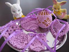 Koronkowe Ozdoby: WIELKANOC - koronkowe koszulki na jajka Crochet Projects To Sell, Crochet Stone, Easter Crochet, Easter Crafts, Happy Easter, Smocking, Diy And Crafts, Crochet Patterns, Eggs