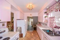 This house may look ordinary — but it has an incredible kitchen. The powder pink kitchen, and all its appliances, have never been used. 1950s Decor, Retro Home Decor, Elle Decor, 1950s Interior, Deco Rose, Interior Decorating, Interior Design, Interior Colors, Step Inside
