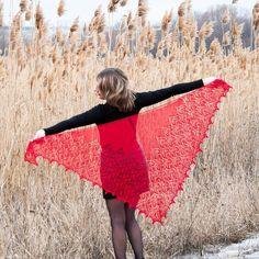 Елена Шамрай в Instagram: «Каждую весну у меня душа требует новую шаль! Красивую, нежную, но яркую! Тестирование #шаль_камбрия от @venerakazan совпало с желаниями…» Picnic Blanket, Outdoor Blanket, Wedding Shawl, Knit Fashion, Crochet Shawl, Quilts, Knitting, Blog, Handmade
