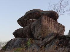 Megalito no Sítio Pedras Grandes - Senador Pompeu - Ceará - Brasil Dólmen ou Pedra Montada - A tampa tem vários formatos dependendo do ângulo de observação - Túmulo coletivo Situado na Bacia Hidrográfica co Rio Banabuiú - Sertão Central