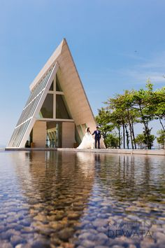 Another chapel (Conrad) great setting Sacred Architecture, Church Architecture, Religious Architecture, Modern Architecture, Lakeside Cafe, Events Place, A Frame House, Church Design, Romantic Places