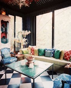 Decor Eclectic Photo - Colorful pillows and malachite patterns in a seating area