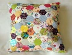 Sewing Cushions I have been asked a few times to do an Idiot's guide to making and connecting the little hexies I used in my Hexie Cushion; Patchwork Hexagonal, Patchwork Cushion, Hexagon Quilt, Quilted Pillow, Crazy Patchwork, Patchwork Patterns, Quilt Patterns, Patchwork Tutorial, Patchwork Natal