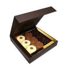 Elegante por fora e imperdível por dentro. A Arcádia apresenta-lhe a Caixa Premium Flores, composta por 9 margaridas de chocolate branco, seis rosas de chocolate de leite e seis lírios de chocolate negro. Uma embalagem pronta para surpreender a matriarca lá de casa.