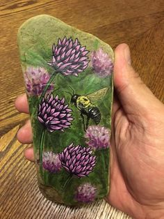 Bee in chives rock painting Painted Rock Animals, Painted Rocks Craft, Hand Painted Rocks, Painted Stones, Pebble Painting, Pebble Art, Stone Painting, Rock Painting Patterns, Rock Painting Designs