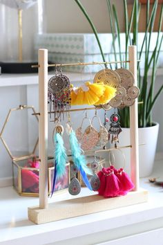 Sit jewelry holder from dowel rods Diy Necklace Stand, Jewelry Stand, Diy Jewelry, Jewelry Holder, Craft Projects, Projects To Try, Craft Ideas, Home Crafts, Diy And Crafts