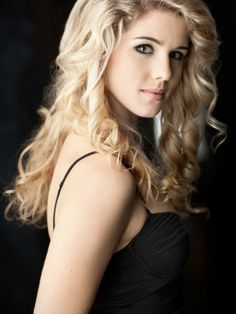 """Emily Bett Rickards plays the role of Felicity Smoak in """"Arrow"""" TV series and look at her hair Arrow Felicity, Felicity Smoke, Oliver And Felicity, Emily Bett Rickards, Canadian Actresses, Actors & Actresses, Cw Series, Beautiful Celebrities, Beautiful Actresses"""