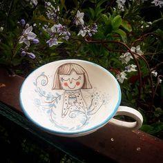 Sono riuscita a terminare la mia tazza !della decorazione con i sottocristallina mi entusiasmano molto gli effetti grafici che si possono ottenere.La tazza è fatta al tornio ed una volta smaltata e cotta,diventerà impermeabile ai liquidi #cup #drawing #ceramicahandmade#clay #pottery #ceramiccups #tazza#tazzine#fattoamanoconamore #grafica#instanart #instanpainting
