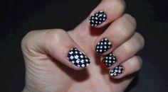 Adoradoras de esmaltes  fiquem a postos: encontramos um vídeo com um  tutorial  muito fácil para você fazer suas próprias  unhas quadriculadas . Basta...
