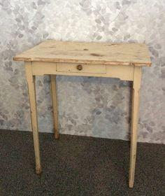 kellertävä puinen pikkupöytä . 64x46cm . korkeus 70cm . @kooPernu