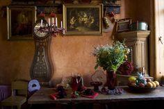 swedish antique kitchen table mora clock and kurbits folk art cabinet from swedish interior design Swedish Style, Scandinavian Style, French Style, Swedish House, Swedish Interior Design, Interior Styling, Art Eras, Cottage Style Homes, Vintage Room