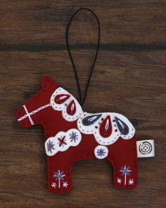 Nikkie's Felt Dala Horse Christmas Ornament-Red Horse Christmas Ornament, Felt Christmas Decorations, Felt Christmas Ornaments, Handmade Christmas, Christmas Diy, Christmas Projects, Felt Crafts, Christmas Crafts, Christmas Makes
