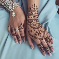 In love with this @sarashenna's recreation for white henna, inspired by my designs #hennainspire #veronicalilu #chains #mehndi