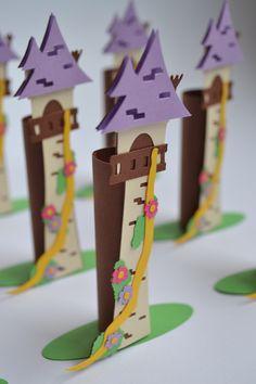 Torre Rapunzel de papel 180 gramas, para decorar e colocar chocolate batom.    Não envio com doces, mas já vai adaptado para colocar.    A quantidade mínima para a compra desse produto são de 10 unidades.    Feito 100% artesanal, utilizando a técnica de scrapbook.