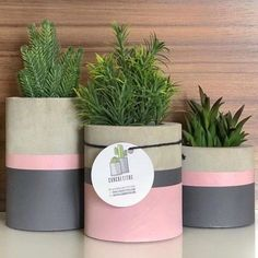 Cool square silicone molds to make DIY concrete planters. I really love this geometric, minimalist cement flower pots. They are easy to customize to fit every Cement Art, Concrete Crafts, Concrete Projects, Painted Plant Pots, Painted Flower Pots, Diy Concrete Planters, Concrete Pavers, Decoration Plante, Creation Deco
