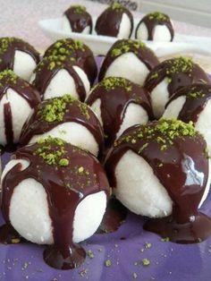 Schneeball-Dessert in 10 Minuten (Gorgeous Raffaello Cocostar) - Leckere Rezepte, Subway Cookie Recipes, Poached Apples, Banana Split, Turkish Recipes, Iftar, Desert Recipes, Sweet Recipes, Cravings, Healthy Snacks