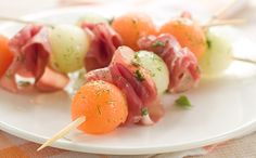 Melons and prosciutto are a classic pairing. Serve these and prosciutto skewers for an elegant party appetizer. Hors D'oeuvres, Appetizers For Party, Food Truck, Cooking Time, Finger Foods, Food Hacks, Entrees, Catering, Sushi