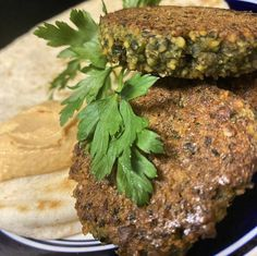 California blogger @dips.dishes offers up a baked Falafel with creamy hummus. Looks like a tasty mid-week meal. 🤗 🥙 Baked Falafel, Food Inc, Eastern Cuisine, Soy Protein, Pita Bread, Wrap Sandwiches, Natural Flavors, Serving Size, Hummus