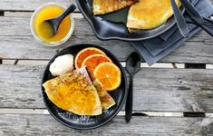 PANNEKAKER MED APPELSINSAUS – CRÊPE SUZETTE Griddle Pan, Cornbread, Food Porn, Food And Drink, Ethnic Recipes, Desserts, Image, Millet Bread, Tailgate Desserts