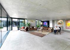 Celý dům je eklekticky zařízen starým nábytkem z původního bydliště a dekoracemi z četných cest dvojice.