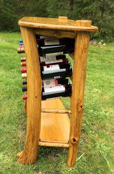 Mesa vino artesanal con características únicas. Mesas de vinos se hacen con árboles muertos. Contiene 12 botellas de vino (compra no incluye el vino, tabla única). Sin costo adicional para el envío. Contacte con nosotros para detalles de envío. Dimensiones (pulgadas): 14 x 32,5 H
