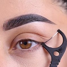 A friend& eyeliner hack tag at @ farahpromakeup⁠ . - A friend& eyeliner hack tag at @ farahpromakeup⁠ .⁠ # … – A friend& eyeliner hack tag at @ farahpromakeup⁠ . Eyebrow Makeup Tips, Eyeliner Hacks, Makeup Eye Looks, Eye Makeup Steps, How To Apply Eyeliner, Skin Makeup, Eyeshadow Makeup, Easy Eyeliner, Gold Makeup