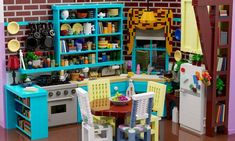 The TV-show Friends is a long-time favorite of mine. I have seen all seasons at least times. This is a Lego build of Monica's kitchen. About 6000 bricks. Computer rendering but buildable if you have the bricks. Serie Friends, Friends Tv Show, Lego Friends, Friends Cake, Legos, Lego Kitchen, Friends Apartment, Friends Merchandise, Lego Furniture