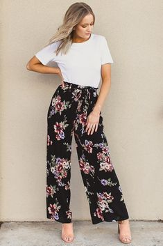 Proof That There's Never a Wrong Time or Place for Wide-Leg Pants - Pantaloni da donna Plazzo Pants Outfit, Patterned Pants Outfit, Flowy Pants Outfit, Printed Pants Outfits, Summer Pants Outfits, Floral Pants, Wide Leg Pants Outfit Summer, Floral Palazzo Pants, Printed Palazzo Pants