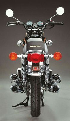 Stuck in the middle: The 1977 Honda - Classic Japa .- Stuck in the middle: The 1977 Honda – Classic Japanese Motorcycles – Classic Motorcycles - Honda Cb750, Motos Honda, Honda Motorbikes, Cb550, Ducati, Japanese Motorcycle, Motorcycle Art, Motorcycle Design, Classic Motorcycle