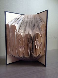 Faitmain-Faitcoeur : le plein de tutos en travaux manuels, couture et bricolage ! Handmade Heartmade : done with my hands from the bottom of my heart Kirigami, Recycled Books, Book Folding Patterns, Altered Books, Book Crafts, Book Art, Birthday Cards, Recycling, Animation