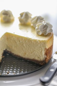 This is literally the best cheesecake recipe ever. Seven simple ingredients. No water bath. No cracking ever. It is the only recipe you'll ever need for classic, jaw-dropping, super creamy cheesecake. Cheesecake Recipe No Water Bath, Creamy Cheesecake Recipe, Cheesecake With Whipped Cream, Cheesecake Toppings, How To Make Cheesecake, Best Cheesecake, Classic Cheesecake, Easy Cheesecake Recipes, Pastries