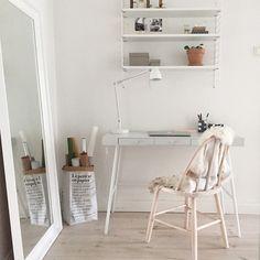 Köpte Lillåsen skrivbord från Ikea. Målade bordsskivan med Fjäder färg från Beckers, ikeahack Diy