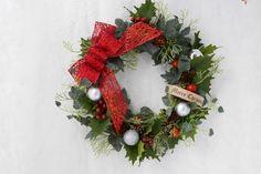 木の実、アーティフィシャルグリーンを利用して、キラキラ赤いリボンを付けて、カントリークラッシッククリスマスリースが仕上がりました。是非、毎年お家に飾って頂きます。サイズ直径27cm