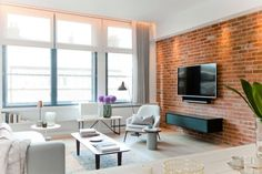 """Interior design firm Callender Howorth renovated a penthouse apartment situated in an old exchange building in Shoreditch, London, England. """"Our client wanted to create a home that felt like a """"New… Penthouse Apartment, London Apartment, Home Living Room, Living Spaces, Living Area, New York Loft, Ideas Prácticas, Room Ideas, White Brick Walls"""