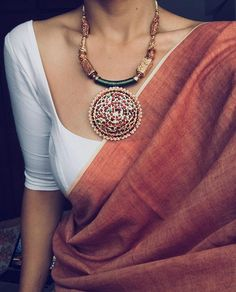 Find a variety of latest blouse designs 2020 photos for bride & women at Shaadidukaan. Here you will get a large collection of designer bridal blouses designs you have never seen before. Indian Look, Indian Ethnic Wear, Indian Dresses, Indian Outfits, Indian Style Clothes, Saree Jewellery, Beauty And Fashion, Saree Look, Elegant Saree