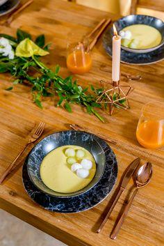 Creează-ți un decor rafinat și cu personalitate cu Nobila Casa! Alege un set de tacâmuri pentru un aranjament în ton cu sezonul colorat! Panna Cotta, Table Decorations, Ethnic Recipes, Food, Dulce De Leche, Essen, Meals, Yemek, Dinner Table Decorations
