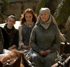 Arya y Sansa Stark con la Septa Mordane