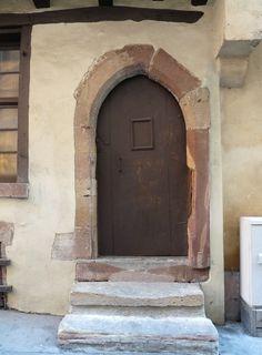 Porta de casa medieval do século XV, em Impasse de la Bière, Estrasburgo, Alsácia, França.  Fotografia: Ji-Elle.