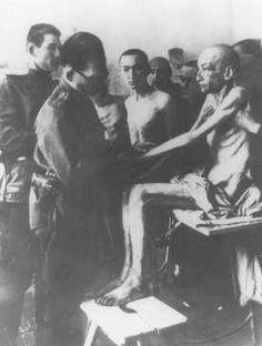 A foto mostra um médico soviético examinando um dos sobreviventes do campo de Auschwitz, logo aós sua libertação pelos Aliados.  Auschwitz. Polônia, 18 de fevereiro de 1945.