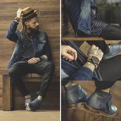chapéu masculino, chapéu pork pie, pork pie, men hat, street style, men street style, moda masculina, coloral, macho moda, jeans jacket, jaqueta jeans, calça skinny, skinny pants, striped t shirt, camiseta listrada, right here, bota azul masculina, blue boots, bota azul, men fashion, men outfit, west coast, outfit, bota sem cadarço, bota com velcro, bota masculina, men boots, sockless