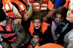 Le foto che hanno vinto il Visa d'Or - Rifugiati curdi-siriani salvati da un peschereccio al largo dell'isola di Lesbo, 30 ottobre 2015 (ARIS MESSINIS/AFP/Getty Images)