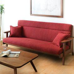 """デザインは一見シンプルですが、肘掛けや脚に微妙なカーブを施しているため、北欧家具のようなスタイリッシュさも持ち合わせています。また背面は格子になっているため通気性が良く、美しいルックスは""""見せる配置""""にも最適、自走式の掃除機も楽に入るよう設計されています。おしゃれな外観と使い心地、素材までこだわった匠自慢のソファです。 一日の疲れを癒すリビングに欠かせないソファ。使い心地が重視され、なおかつ買い替えの難しい大きな家具だから、こだわって選びたいですね。"""
