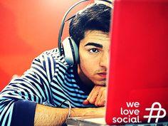 """Shopping Ads é o novo formato de publicidade do YouTube para que os utilizadores do canal possam comprar produtos que estejam a ver, por exemplo, num tutorial de maquilhagem ou numa avaliação sobre um gadget. Os vídeos que irão oferecer esta opção, ainda em desenvolvimento, irão mostrar a letra """"i"""" dentro de um círculo no canto superior direito da imagem. We Love Social - www.welovesocial.pt"""