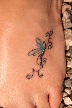 http://tattoo-tattoos.biz/  Pequeno mosquito con una letra ¨M¨ debajo tatuado en el pie, segun como se ve en la imagen, pareceria como que el mosquito quisiera arrastrar a la letra, tattoo de tattoo cool, ivr, art scool ,tatuaje sexi para chicas, tatuaje.