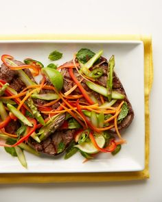 Vietnamese Steak and Asparagus Salad Crunchy, fresh vegetables like bell peppers, asparagus tips, and carrots create a colorful salad bed for grilled seasoned steak. Healthy Beef Recipes, Steak Recipes, Asian Recipes, Asian Foods, Vietnamese Recipes, Vietnamese Food, Chinese Recipes, Healthy Dinners, Healthy Salads