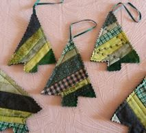 22 Fabric Christmas ornaments and 20 stockings These DIY Christmas tree ornaments are made from strips of green fabric and look great on the tree! Fabric Christmas Trees, Quilted Christmas Ornaments, Handmade Christmas Tree, Fabric Ornaments, Christmas Diy, Diy Ornaments, Fabric Christmas Decorations, Dough Ornaments, Glitter Ornaments