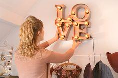 Retromantisch retro fashion blog interior interieur LOVE lamp copper koper inrichting